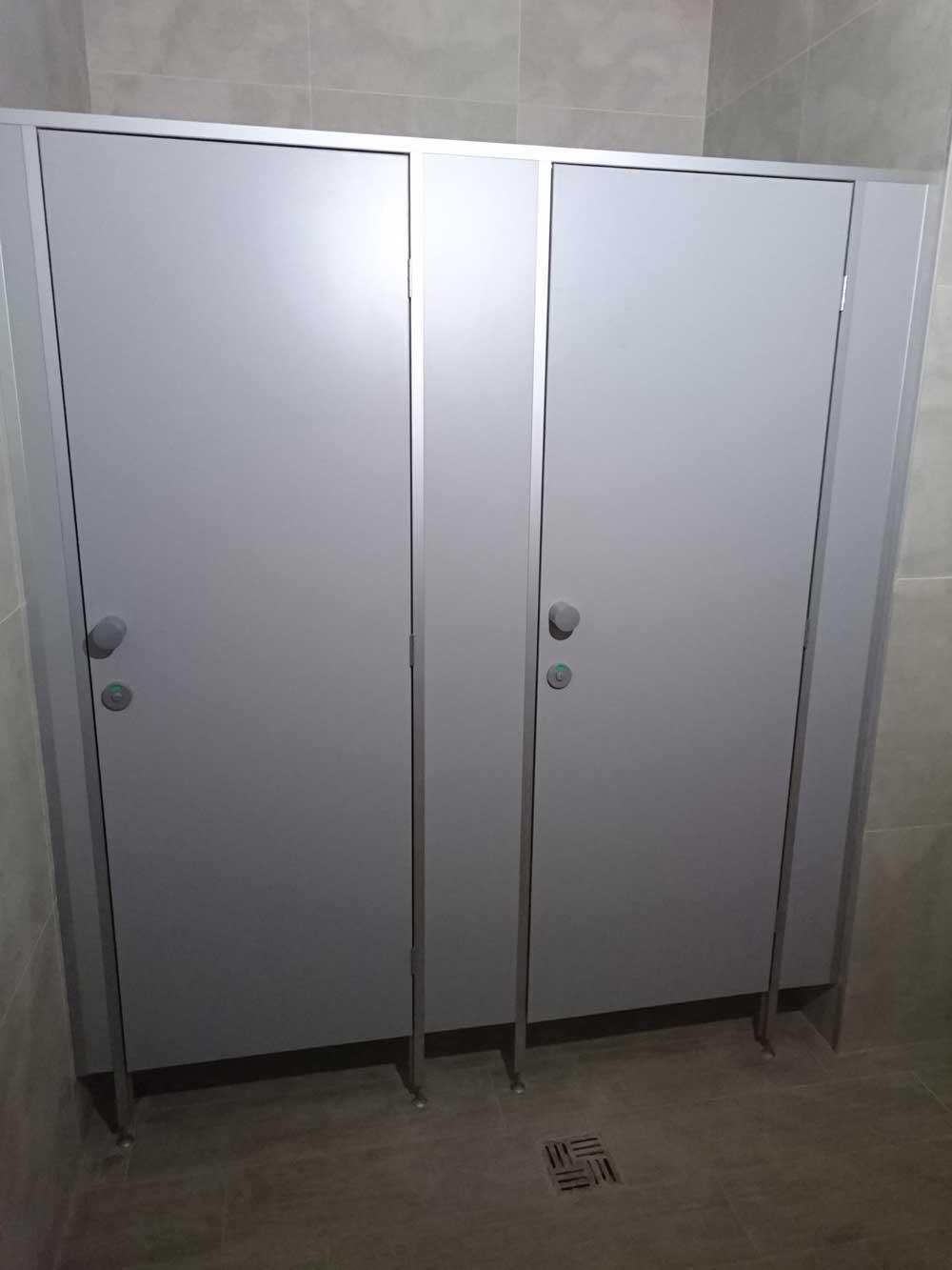 Туалетные алюминиевые перегородки